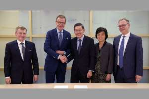 Kühne+Nagel gründet Joint Venture mit Investor Temasek: (v.l.n.r.): Uwe Krueger, Head Business Services Temasek; Dr. Jörg Wolle, Verwaltungsratspräsident Kühne + Nagel International AG; Tan Chong Lee, President & Head Europe and South East Asia Temasek; Juliet Teo, Head Transportation & Logistics Temasek; Dr. Detlef Trefzger, CEO Kühne + Nagel International AG. (Foto: Kühne+Nagel)