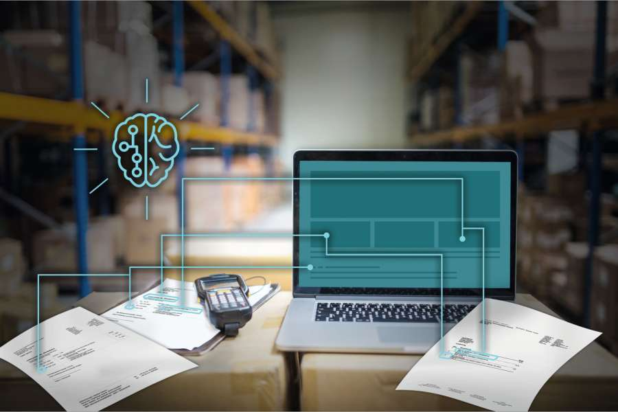 Laptop, barcode scanner, clipboard with notes and pen on the top of boxes in a warehouse. Bild: iStockphoto