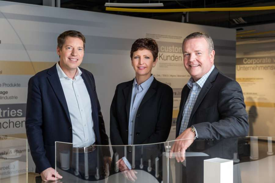 Sie bilden künftig ein Team (von links): Jan Vercammen (Managing Director der Egemin Group), Barbara Wladarz (Managing Director von Dematic Central Europe) und Jeff Moss (CEO von Dematic International). Jan Vercammen soll zum Vizepräsidenten im Bereich Business Development bei Dematic International werden und Barbara Wladarz soll in der Zukunft auch Egemins Lagerautomatisierungsaktivitäten leiten. (Foto: Dematic)