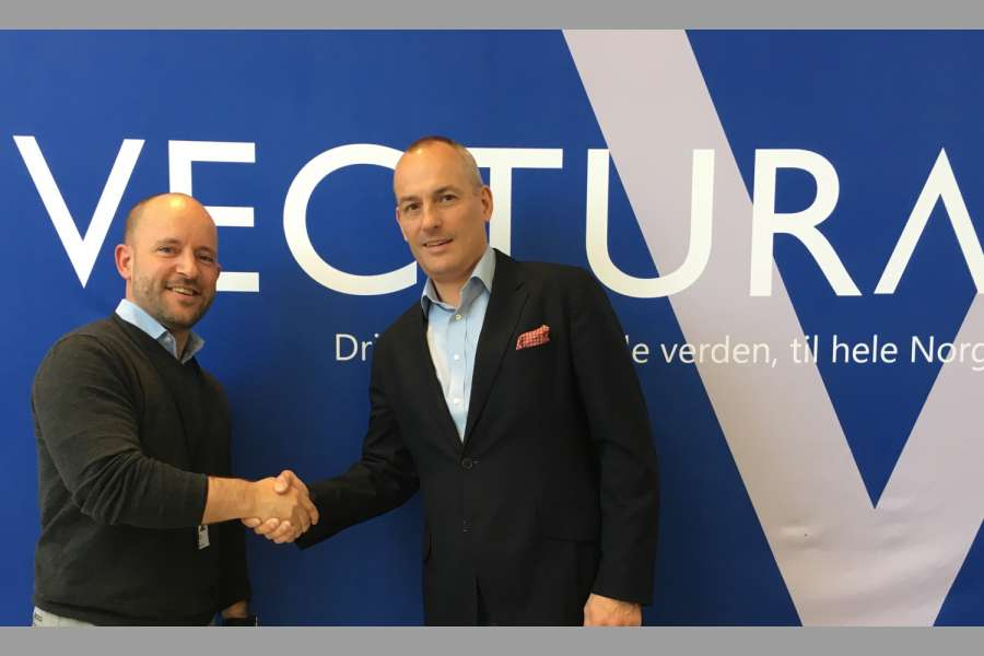 Freuen sich auf die Zusammenarbeit: Christian Granlund (links), CEO bei Vectura AS, und Andy Blandford, Senior Vice President & Managing Director Dematic Northern Europe. (Foto: Dematic)