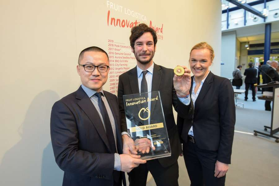 "Freuten sich über den ""Fruit Logistica Innovation Award 2019"" in Gold für die Kiwi ""Oriental Red - Red Kiwifruit"" (v.l.n.r.): Harry Xu, General Manager, Jingold; Frederico Milanese, International Development Manager, Jingold; Madlen Miserius, Senior Product Manager, Fruit Logistica."