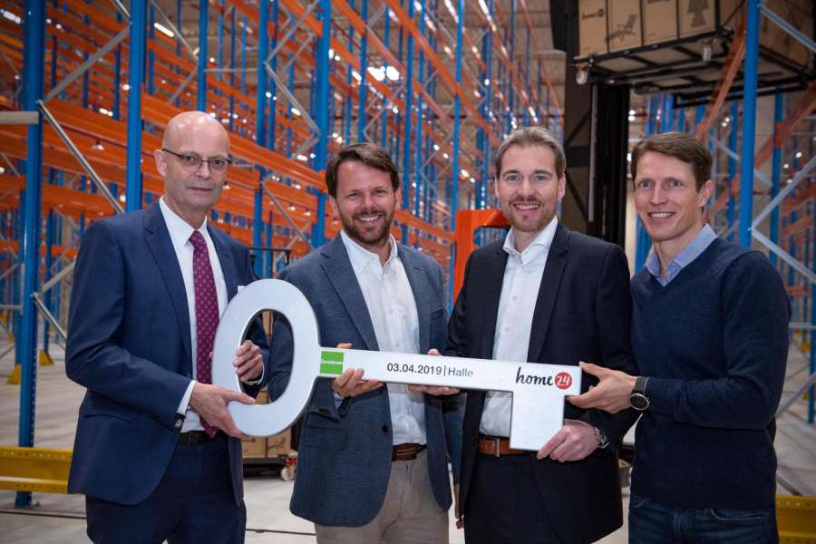 Bei der Eröffnung (v. l. n. r.): Dr. Bernd Wiegand, Oberbürgermeister der Stadt Halle, Hubertus Mikliss, Vice President Warehousing bei home24 SE, Markus Meyer, Head of Northern Germany bei Goodman Germany, Christoph Cordes, Co-CEO home24 SE. (Foto: Goodman)