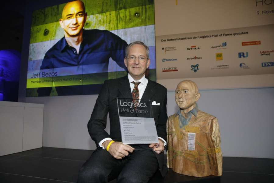 Roy Perticucci, Amazon Vice President Fulfillment Europe, nahm die Mitgliederurkunde stellvertretend für Jeff Bezos in Empfang. Foto: Logistics Hall of Fame