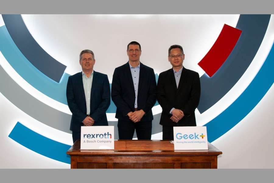 Von links: Jörg Heckel (Projektdirektor Intralogistics Robotics bei Bosch Rexroth), Thomas Fechner (Senior Vice President Product Area New Business bei Bosch Rexroth) und Jackson Zhang (Vice President von Geek+ Europe). (Foto: Bosch Rexroth)