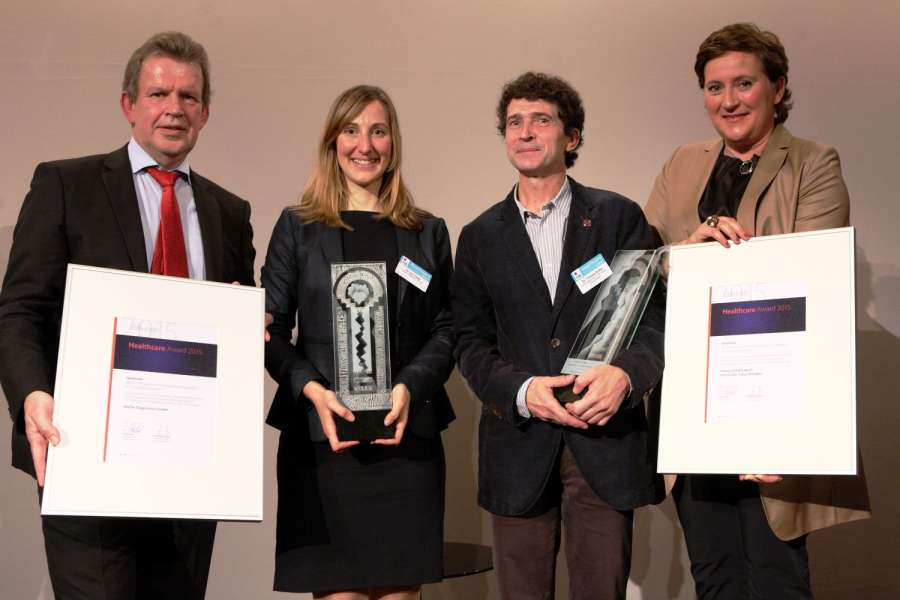 Verleihung des Healthcare Awards 2015 (von links): Jörg Pretzel, Geschäftsführer bei GS1 Germany, Dr. Ina Trapp, Global UDI Change Control Manager bei Roche Diagnostics, Dr. Thomas Rothe, Projektleiter am Uniklinikum Dresden, Sylvia Reingardt, Senior Branchenmanagerin Healthcare bei GS1 Germany. (Foto: GS1 Germany)
