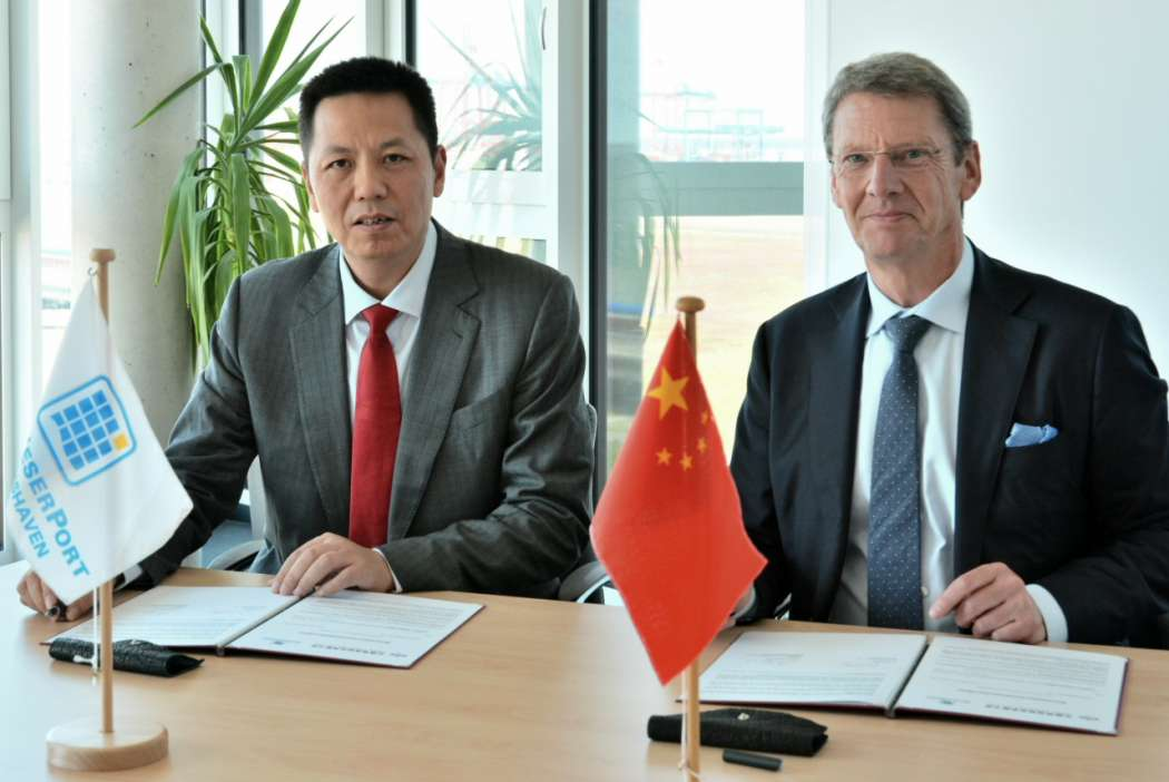 Unterzeichnung des Memorandum of Understanding: Li Xiangyang (General Manager China Logistics, links) und Andreas Bullwinkel (JadeWeserPort-Marketing, rechts). (Foto: JadeWeserPort)